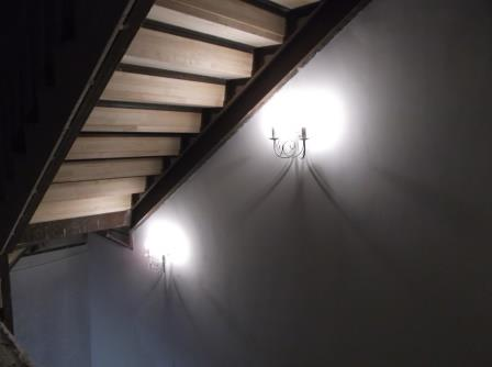 бра над лестницей в подвал