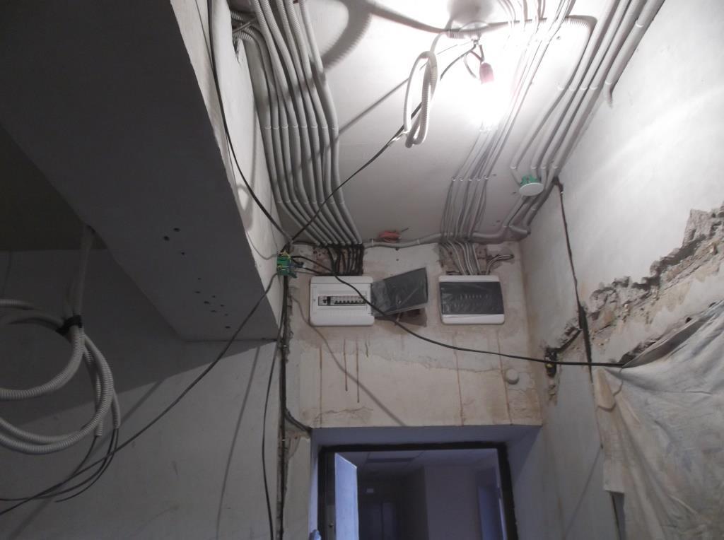 Прихожая с проводами.