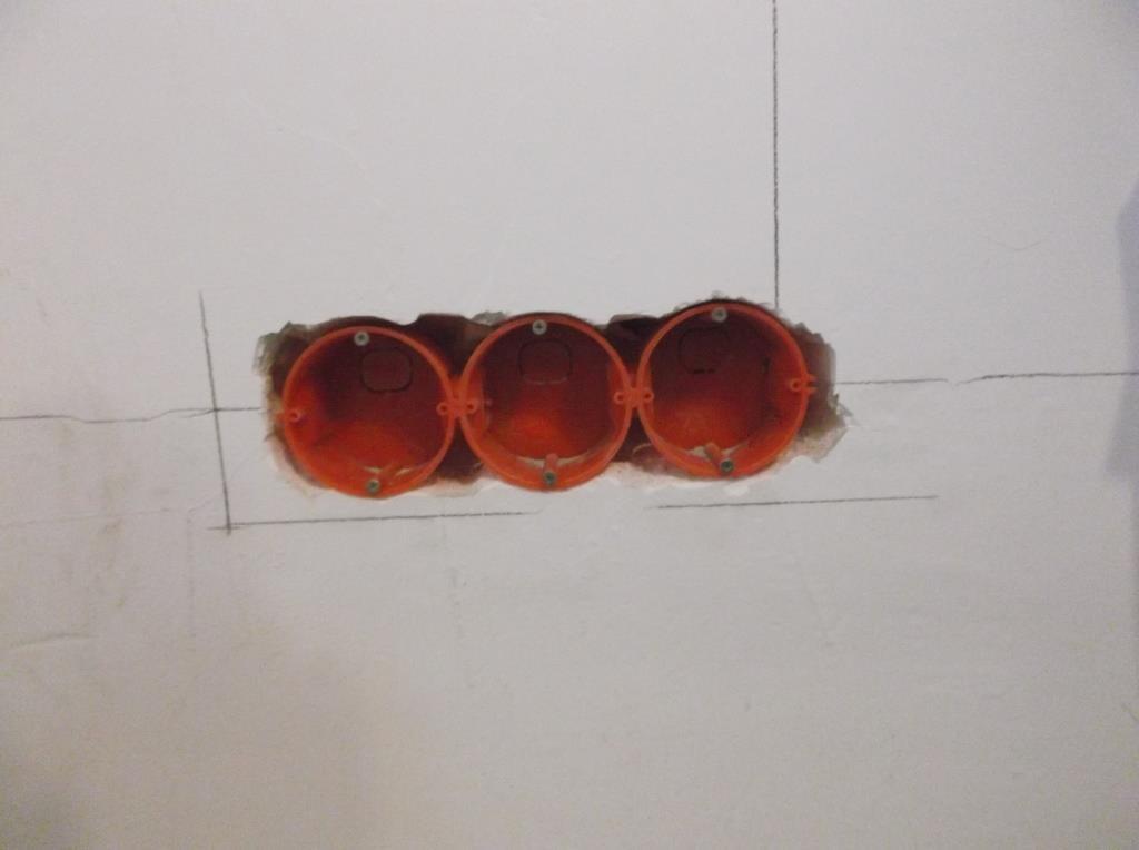 Подрозетники для группы из трех розеток