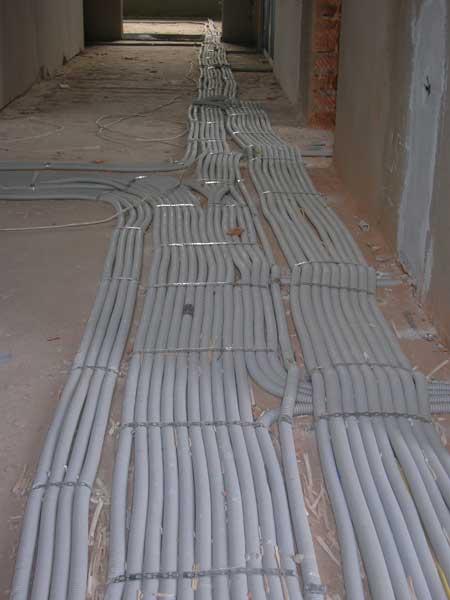 укладка проводов гофре по полу