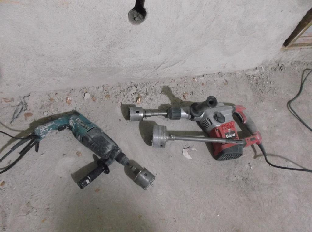 Перфоратор с коронкой для бурения отверстий под подрозетники