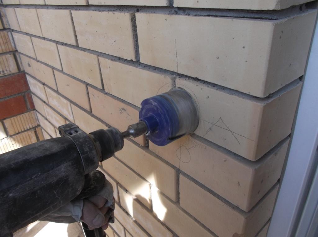 Сверление отверстия для подрозетника на балконе