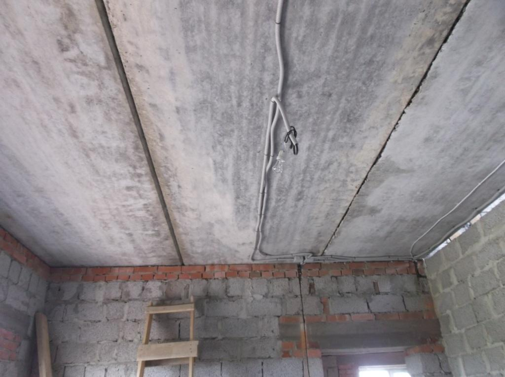 Электропроводка по потолку в гофре.