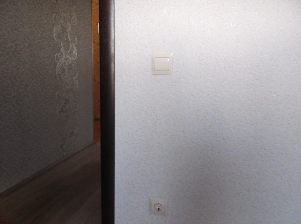 Выключатель, розетка в спальне 2